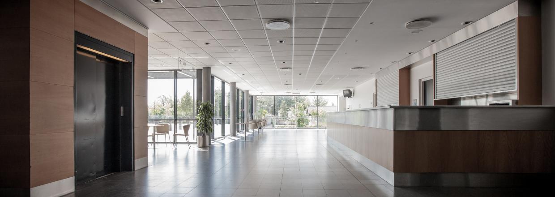 Arenaens lyse og indbydende foyer og café har plads til 120 + personer