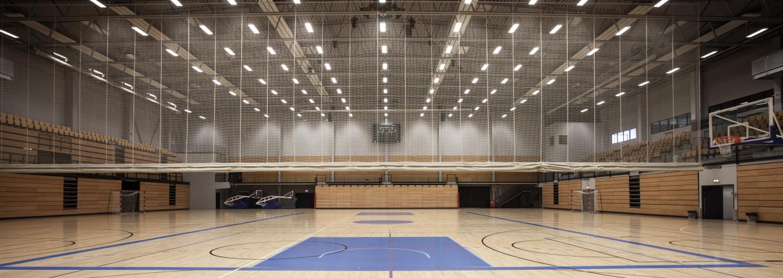 To haller i én på 45 x 47 meter med plads til 3.500 tilskuere